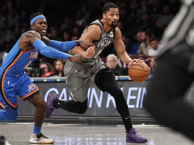 Spencer Dinwiddie (r) von den Brooklyn Nets im Duell mit Dennis Schröder. Foto: Kathy Willens/AP/dpa (© Kathy Willens)