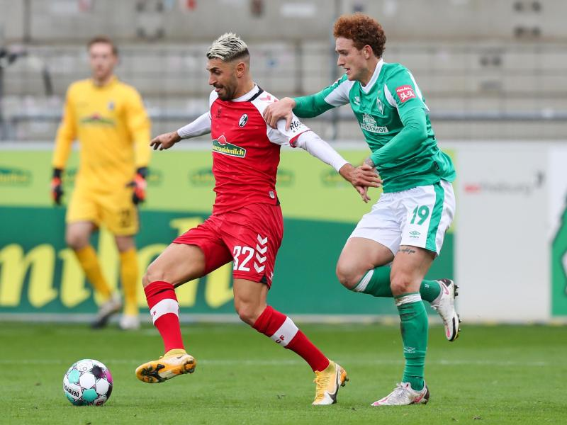 Freiburgs Vincenzo Grifo (M) in Aktion gegen Bremens Josh Sargent. Foto: Tom Weller/dpa (© Tom Weller)