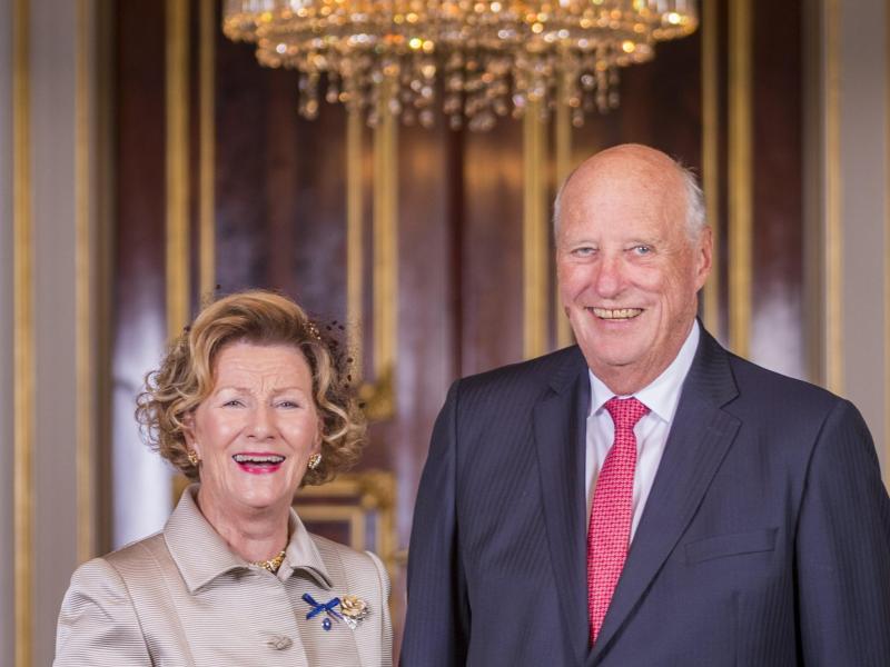 König Harald V. und Königin Sonja haben die Ärmel hochgekrempelt. Foto: Heiko Junge/ntb/dpa (© Heiko Junge)