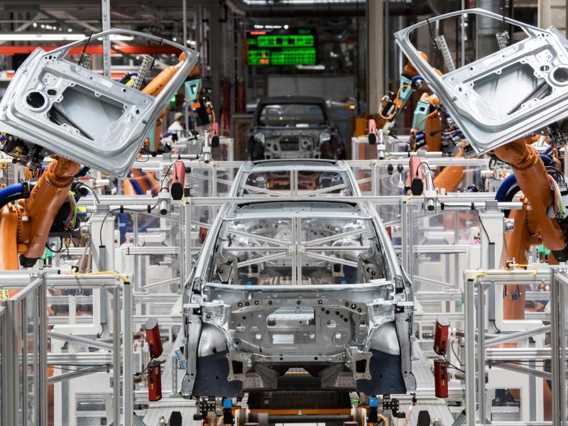 Produktion eines E-Autos im Volkswagen-Werk in Zwickau (Symbol). VDA-Chefin Müller will, dass die wachsende Nachfrage nach Elektro-Autos in Deutschland bedient und weiter angefacht wird. Foto: Hendrik Schmidt/dpa-Zentralbild/dpa (© Hendrik Schmidt)