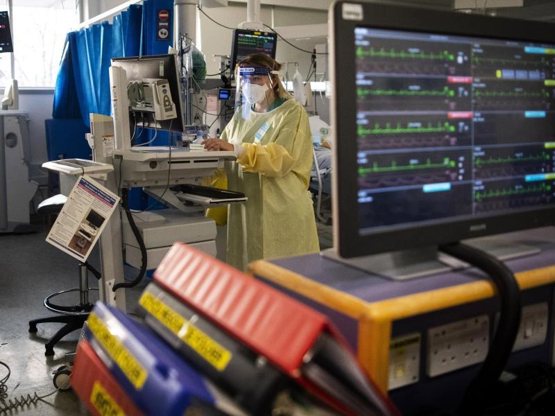 Eine Krankenschwester bei der Arbeit auf einer Londoner Intensivstation. Foto: Victoria Jones/PA Wire/dpa (© Victoria Jones)