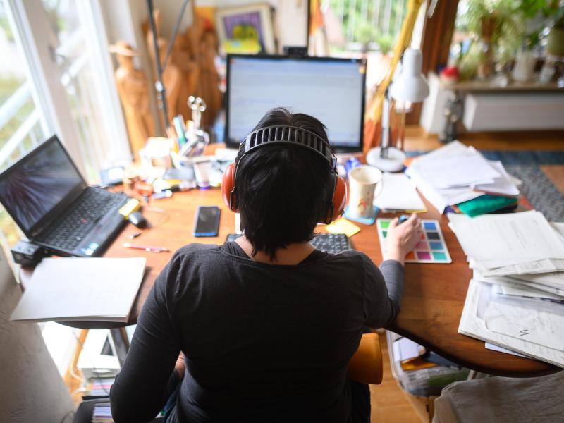 Arbeit im Homeoffice - ab jetzt durhc die neue «SARS-CoV-2-Arbeitsschutzverordnung» mehr oder weniger «verpflichtend». Foto: Sebastian Gollnow/dpa (© Sebastian Gollnow)