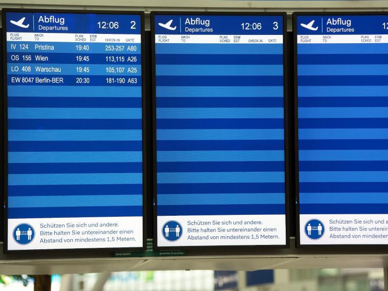 Nur vier Flüge sind auf den Bildschirmen auf dem Düsseldorfer Flughafen zu sehen. Die Bundesregierung schließt weitere Reisebeschränkungen nicht aus. Foto: Federico Gambarini/dpa (© Federico Gambarini)