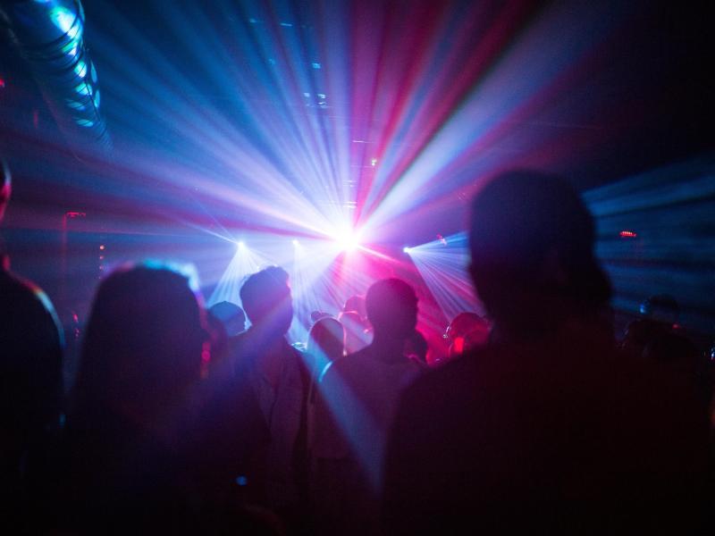 Zurzeit undenkbar: Menschen tanzen in einem Club. Foto: Sophia Kembowski/dpa (© Sophia Kembowski)