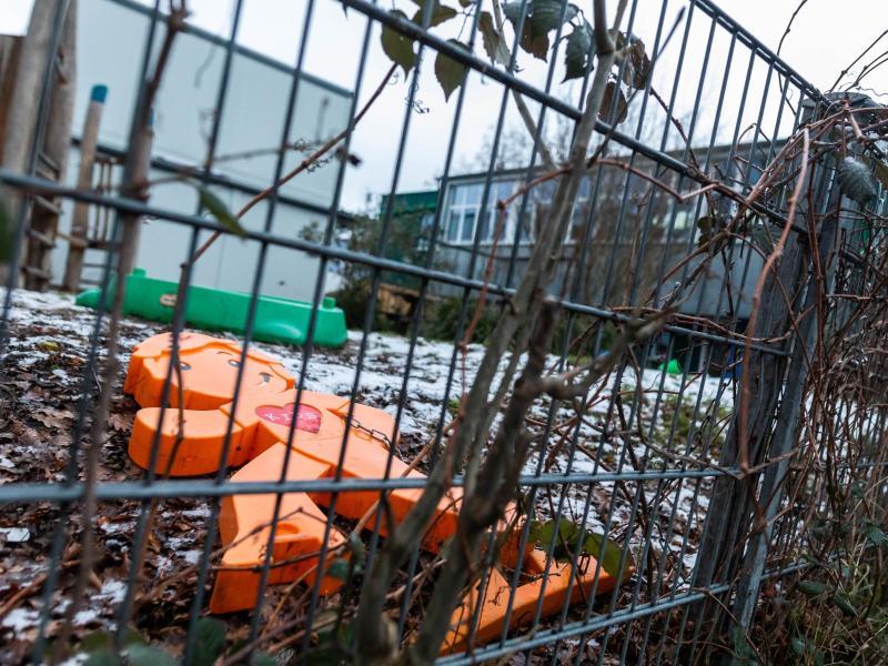 Ein oranger Plastikaufsteller liegt im Spielbereich der Kita in Freiburg. Zwei Kinder aus der Notbetreuung der Einrichtung wurden mit einer Virusmutation infiziert. Foto: Philipp von Ditfurth/dpa (© Philipp von Ditfurth)