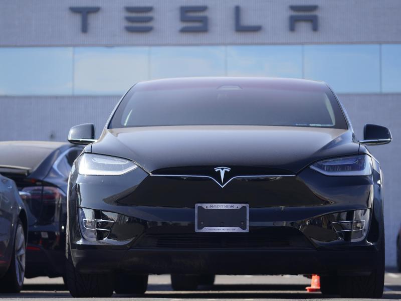 Ein Tesla Model X Sports Utility Vehicle steht in einem Tesla-Händlerhaus in den USA. Trotz der Corona-Krise erreichte Tesla 2020 einen Überschuss von 721 Millionen Dollar. Foto: David Zalubowski/AP/dpa (© David Zalubowski)