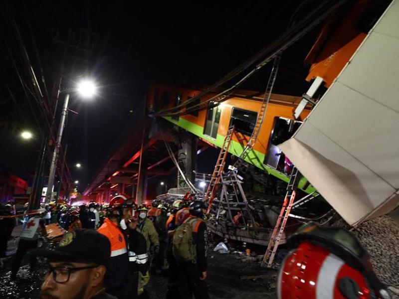 Rettungskräfte sind an der Unfallstelle in Mexikos Hauptstadt im Einsatz. Foto: El Universal/El Universal via ZUMA Wire/dpa (© El Universal)