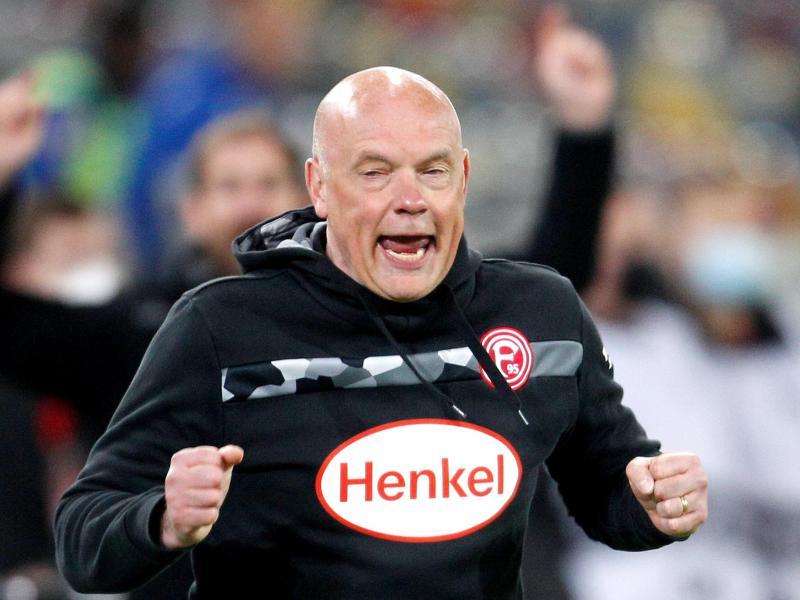Trainer Uwe Rösler feierte mit Fortuna Düsseldorf einen emotionalen Heimsieg. Foto: Roland Weihrauch/dpa (© Roland Weihrauch)