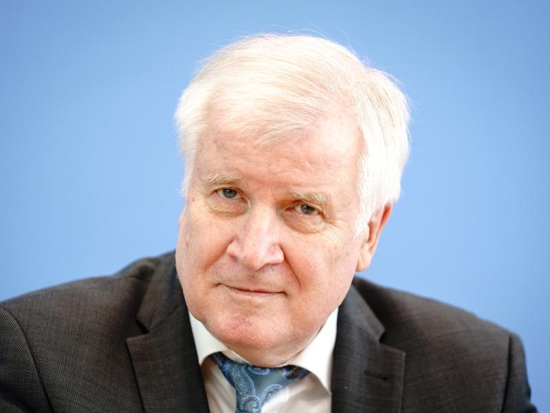 Bundesinnenminister Horst Seehofer stellt in der Bundespressekonferenz die Fallzahlen politisch motivierter Kriminalität für das Jahr 2020 vor. Foto: Kay Nietfeld/dpa (© Kay Nietfeld)