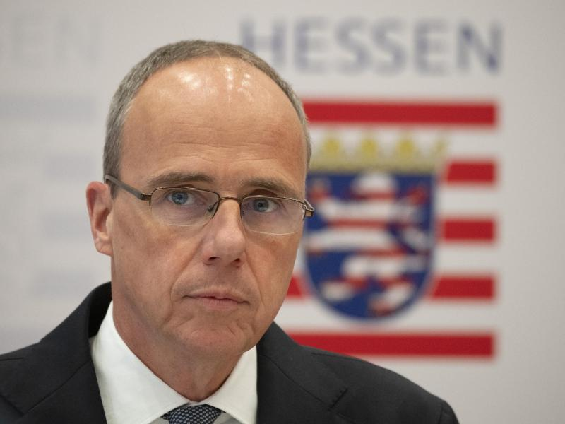 Der hessische Innenminister Peter Beuth gibt ein Statement zu den Ermittlungen im Fall «NSU 2.0» ab. Foto: Boris Roessler/dpa (© Boris Roessler)