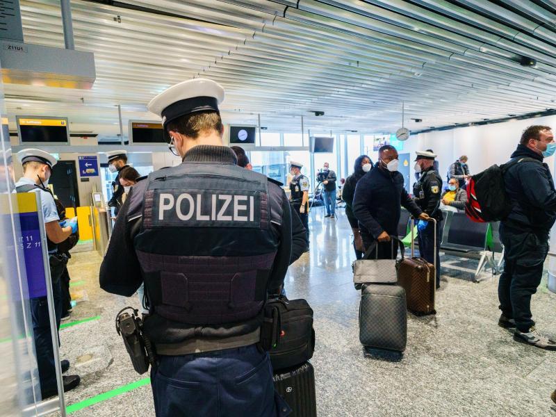 Passagiere aus Manchester im Januar bei der Einreise am Frankfurter Flughafen. Foto: Andreas Arnold/dpa (© Andreas Arnold)