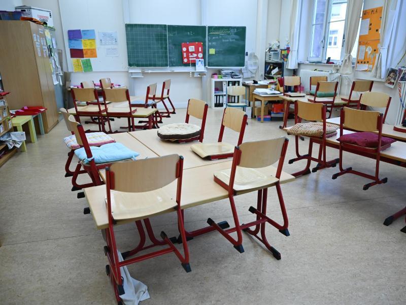 Ein leeres Klassenzimmer der Linne-Schule in Frankfurt am Main. Foto: Arne Dedert/dpa (© Arne Dedert)
