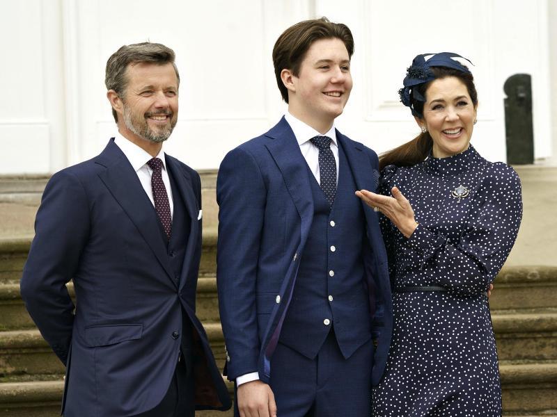 Prinz Christian (M) steht mit seinen Eltern Kronprinz Frederik von Dänemark und Kronprinzessin Mary nach seiner Konfirmation für ein gemeinsames Foto zusammen. Foto: Keld Navntoft/Ritzau Scanpix/AP/dpa (© Keld Navntoft)