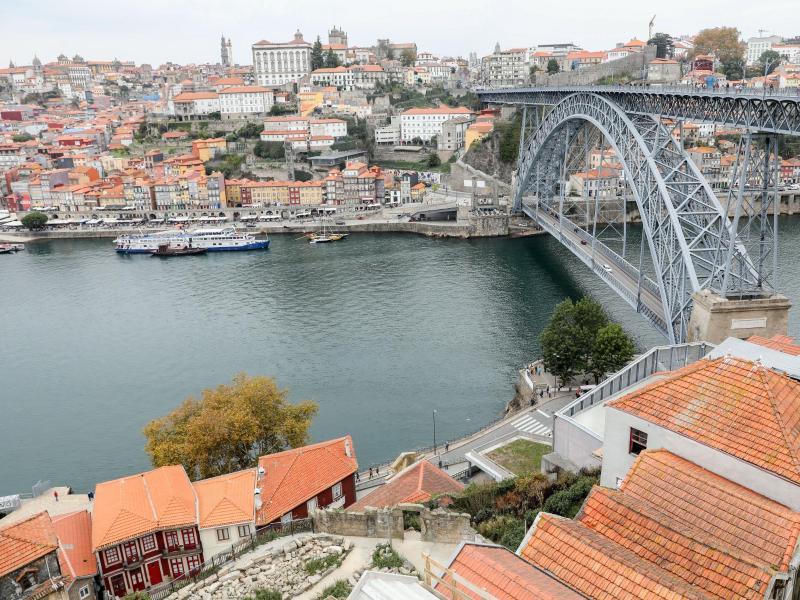 Blick auf die Innenstadt von Porto in Portugal, den Fluss Douro und die Brücke Dom Luis I. (Archivbild). Foto: Jan Woitas/dpa-Zentralbild/dpa (© Jan Woitas)