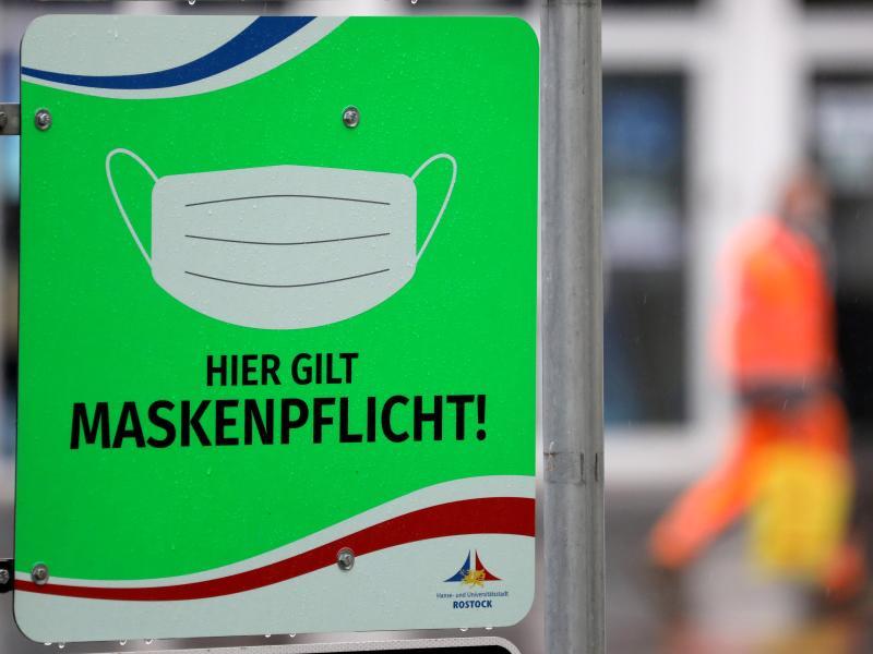 In Rostock weist ein Schild auf die Maskenpflicht hin. Die Gesundheitsämter in Deutschland haben dem Robert Koch-Institut (RKI) binnen eines Tages 8500 Corona-Neuinfektionen gemeldet. Foto: Bernd Wüstneck/dpa-Zentralbild/dpa (© Bernd Wüstneck)