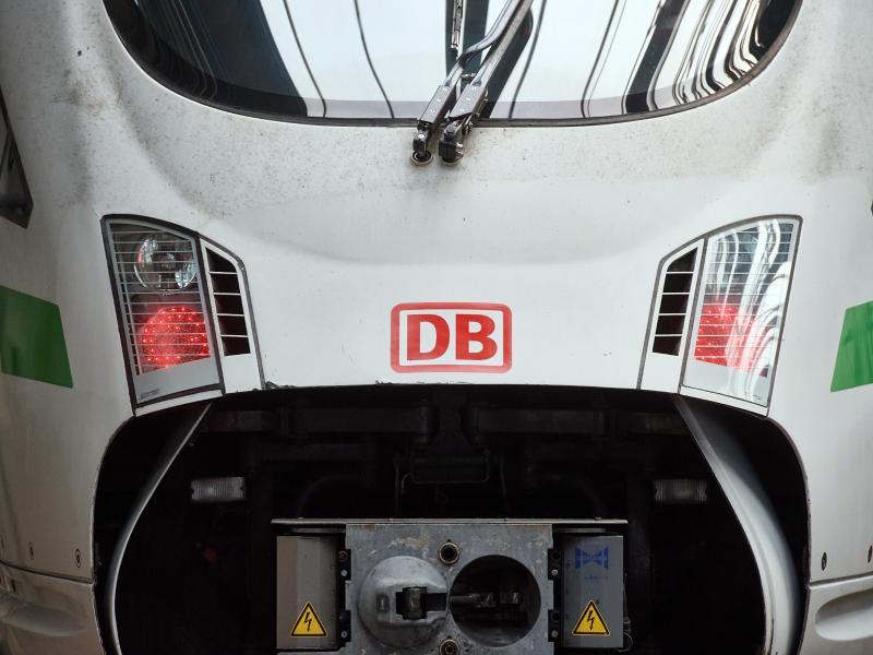 Das Logo der Bahn ist auf der Front eines ICE im DB-Fernverkehrswerk zu sehen. (Symbolbild). Foto: Bernd Thissen/dpa (© Bernd Thissen)