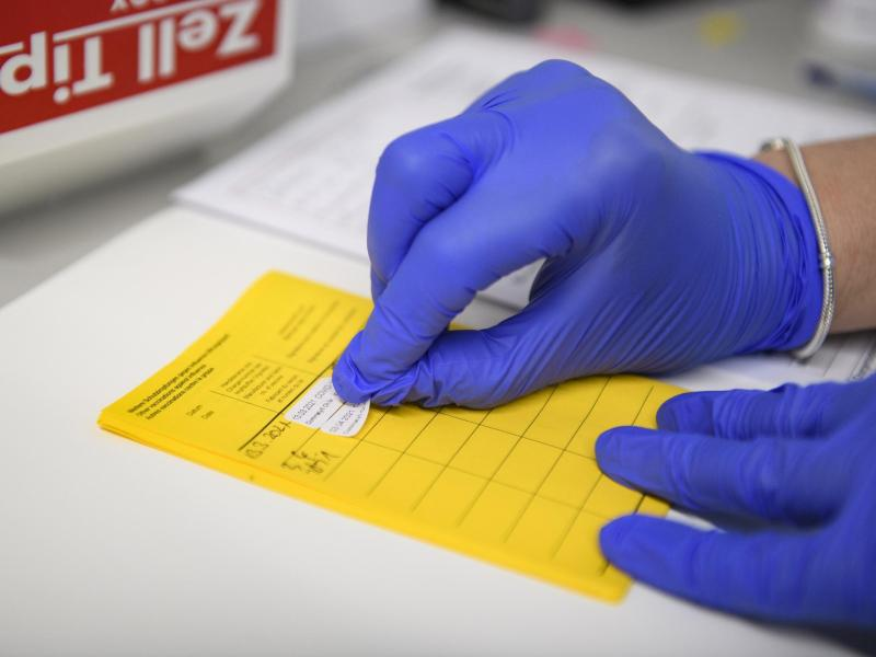 Informationen über die Impfung werden im Impfpass eingetragen. (Symbolbild). Foto: Christopher Neundorf/dpa (© Christopher Neundorf)