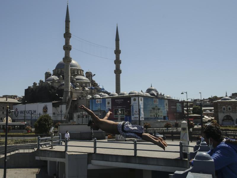 Nach einem langen harten Lockdown lockert die Türkei die Corona-Beschränkungen. Foto: Emrah Gurel/AP/dpa (© Emrah Gurel)