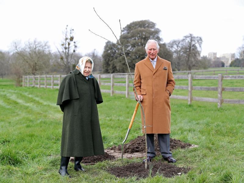 Königin Elizabeth und ihr Sohn Prinz Charles pflanzten auf dem Gelände von Schloss Windsor den ersten Jubiläumsbaum ein. Foto: Chris Jackson/PA Media/dpa (© Chris Jackson)