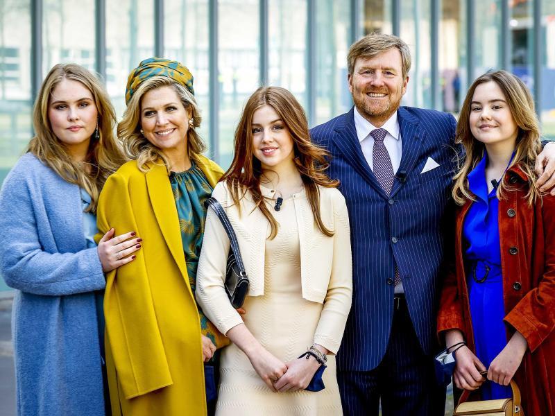 König Willem-Alexander der Niederlande und Königin Maxima mit ihren Töchtern Ariane (r), Alexia (M) und Amalia (l) am Königstag 2021. Foto: Koen Van Weel/ANP/dpa (© Koen Van Weel)