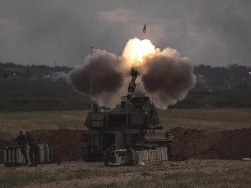 Eine israelische Artillerieeinheit feuert an der Grenze zu Gaza auf Ziele im Gazastreifen. Foto: Heidi Levine/AP/dpa (© Heidi Levine)