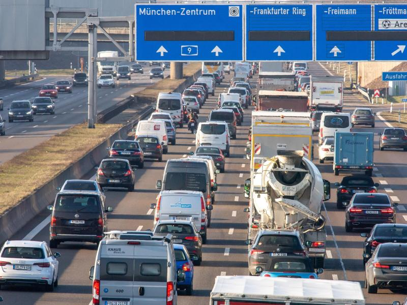 Eine Umfrage bestätigt den Eindruck, dass Menschen in der Corona-Krise am liebsten Auto fahren. Foto: Peter Kneffel/dpa (© Peter Kneffel)