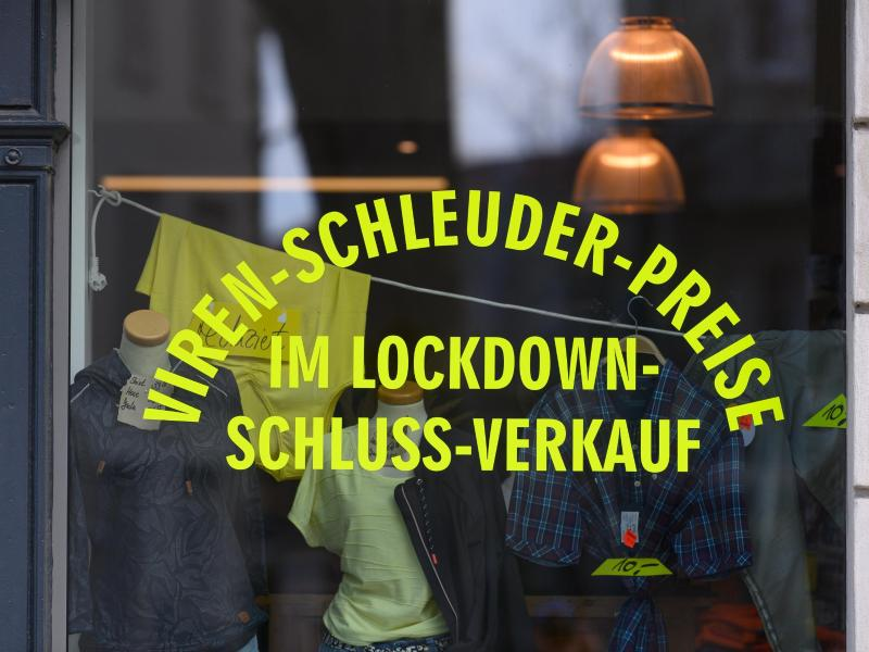 Ein Schaufenster eines Ladens für Berufsbekleidung in der Neustadt in Dresden. Foto: Robert Michael/dpa-Zentralbild/dpa (© Robert Michael)