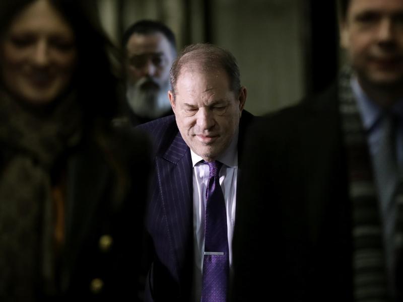 Harvey Weinstein (M), Filmproduzent aus den USA, trifft in einem Gerichtsgebäude ein. Foto: Seth Wenig/AP/dpa (© Seth Wenig)