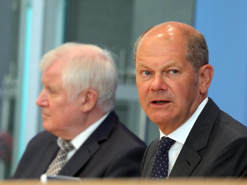 Bundesfinanzminister Olaf Scholz (r.) und Bundesinnenminister Horst Seehofer stehen Journalisten Rede und Antwort. Foto: Wolfgang Kumm/dpa (© Wolfgang Kumm)