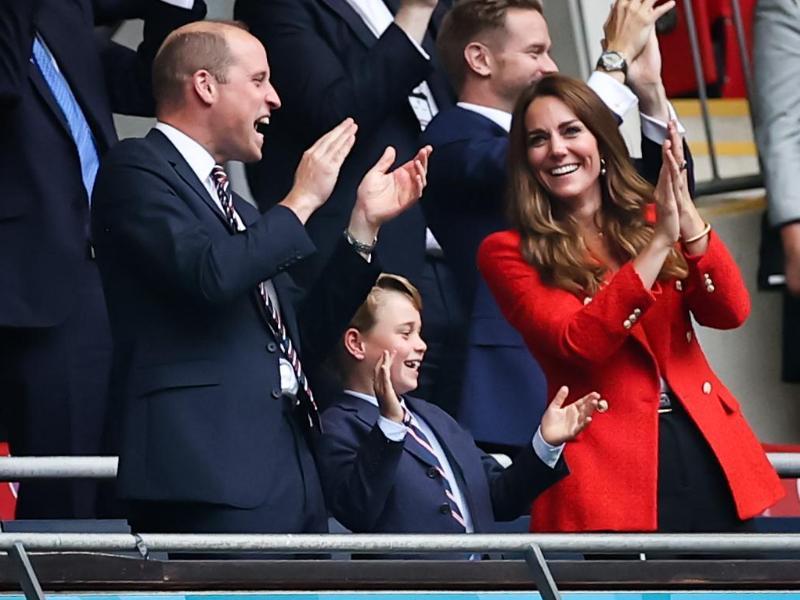 Prinz William, Herzogin Kate und der kleine George feiern ein Tor für England. Foto: Christian Charisius/dpa (© Christian Charisius)