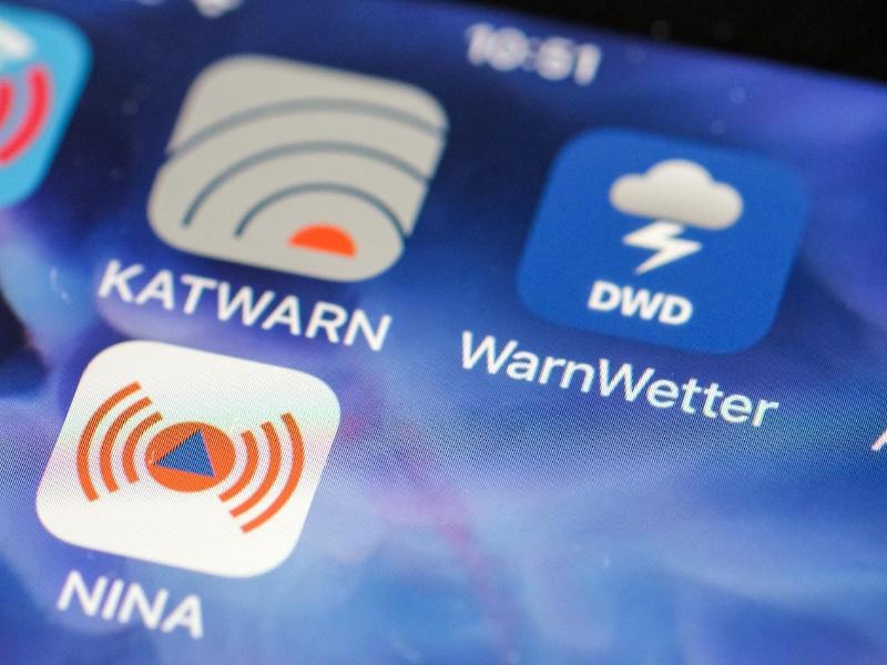 Verschiedene Apps warnen im Notfall - auch per SMS sind Informationen verfügbar. Foto: Jens Kalaene/dpa/Symbolbild (© Jens Kalaene)
