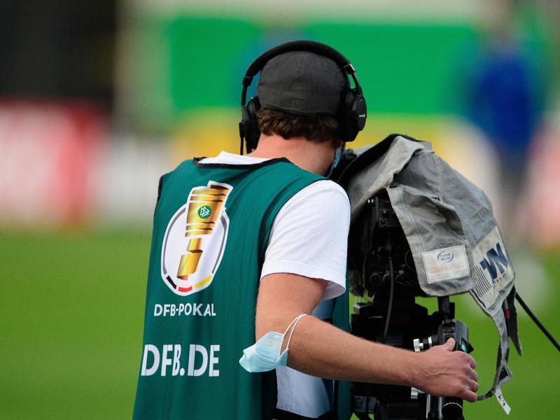 Ein Kameramann während eines Erstrundenspiels im DFB-Pokal. Foto: Swen Pförtner/dpa (© Swen Pförtner)