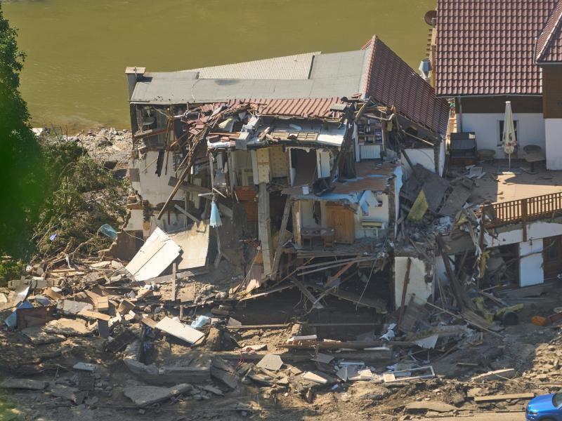 Ein Haus in Marienthal (Rheinland-Pfalz) ist nach dem Hochwasser vollkommen aufgerissen. Foto: Thomas Frey/dpa (© Thomas Frey)