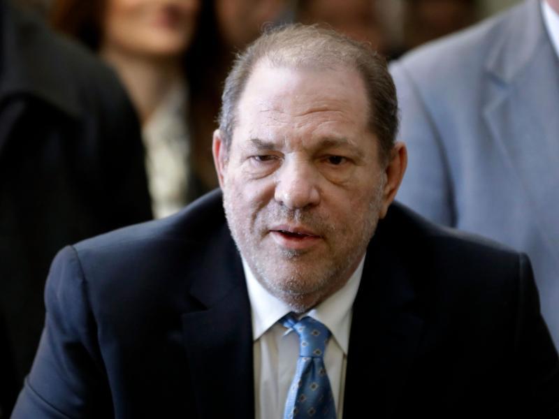 Ex-Filmproduzent Harvey Weinstein, der wegen Vergewaltigung und sexueller Nötigung eine langjährige Haftstrafe absitzt, ist in Los Angeles wegen weiterer Sexualstraftaten angeklagt worden. Foto: Mark Lennihan/AP/dpa (© Mark Lennihan)