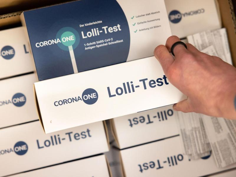 Nach den Sommerferien könnten Lolli-Tests etwa in Schulen vermehrt zum Einsatz kommen. Foto: Michael Reichel/dpa (© Michael Reichel)