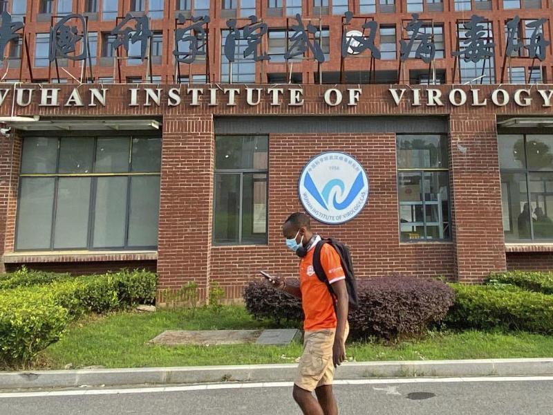 Ein Mann passiert das Institut für Virologie in Wuhan. Foto: -/kyodo/dpa (© -)