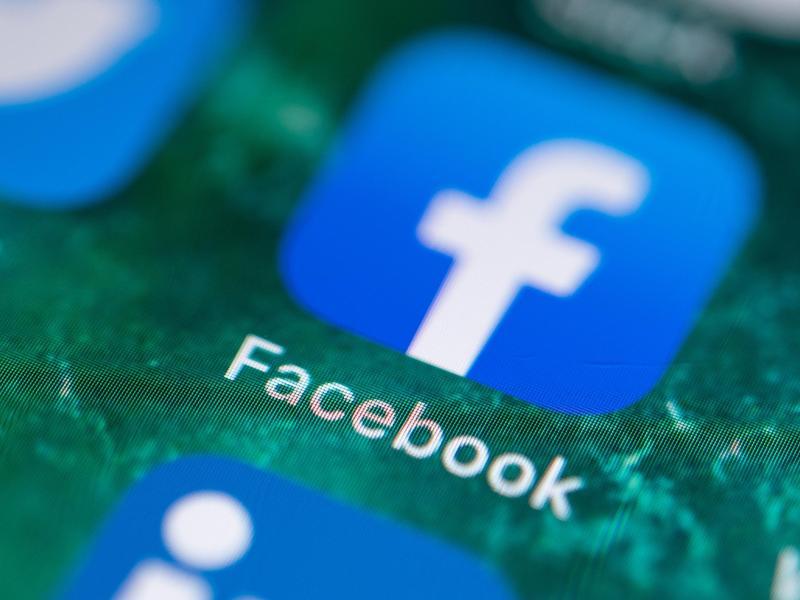 Facebook kämpft gegen diskriminierende Inhalte, Anstößiges und Falschnachrichten - nach eigenen Regeln. Foto: Fabian Sommer/dpa (© Fabian Sommer)