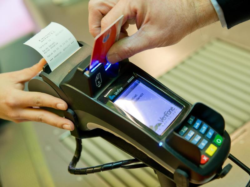 Im Euroraum haben im vergangenen Jahr mehr Menschen bargeldlos bezahlt. Foto: Daniel Karmann/dpa (© Daniel Karmann)
