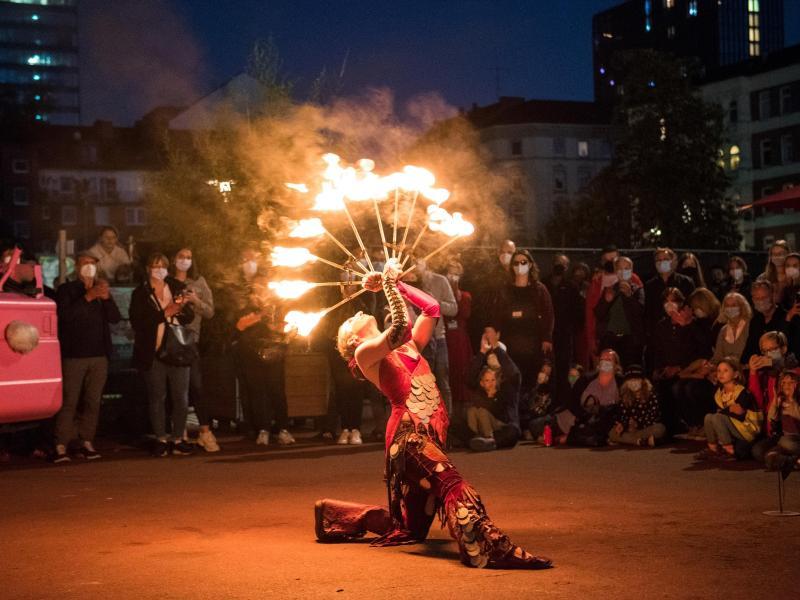 Eine Feuerkünstlerin präsentiert ihr Können. Foto: Daniel Bockwoldt/dpa (© Daniel Bockwoldt)