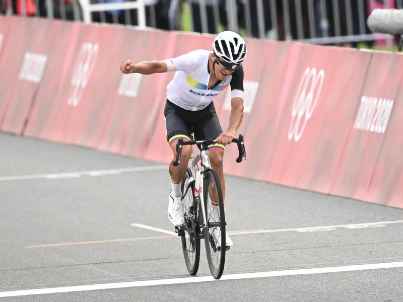 Der Tour-de-France-Dritte Richard Carapaz aus Ecuador gewann Gold im olympischen Straßenradrennen. Foto: Sebastian Gollnow/dpa (© Sebastian Gollnow)