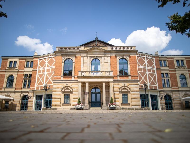 Das Bayreuther Festspielhaus. Am 25.07.2021 beginnen die Bayreuther Festspiele. Foto: Daniel Karmann/dpa (© Daniel Karmann)