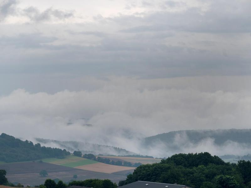 Regenwolken ziehen über die Südeifel im Kreis Trier-Saarburg. Foto: Harald Tittel/dpa (© Harald Tittel)