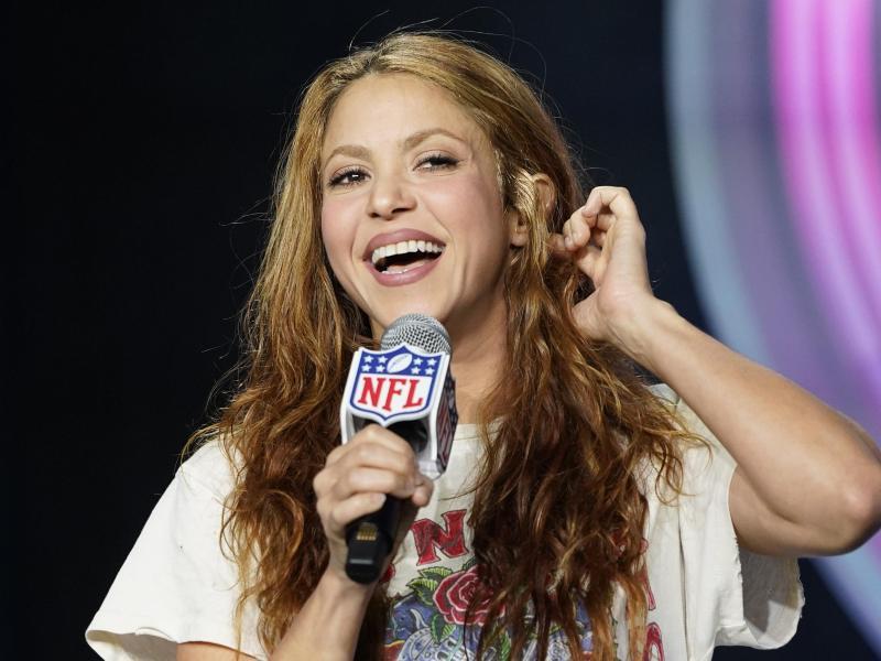 Shakira, Sängerin aus Kolumbien, spricht auf einer Pressekonferenz. (Archivbild). Foto: David J. Phillip/AP/dpa (© David J. Phillip)