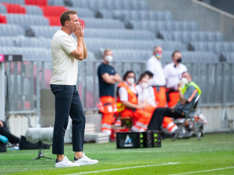 Bayern-Trainer Nagelsmann gibt während der Partie Anweisungen. Foto: Sven Hoppe/dpa (© Sven Hoppe)