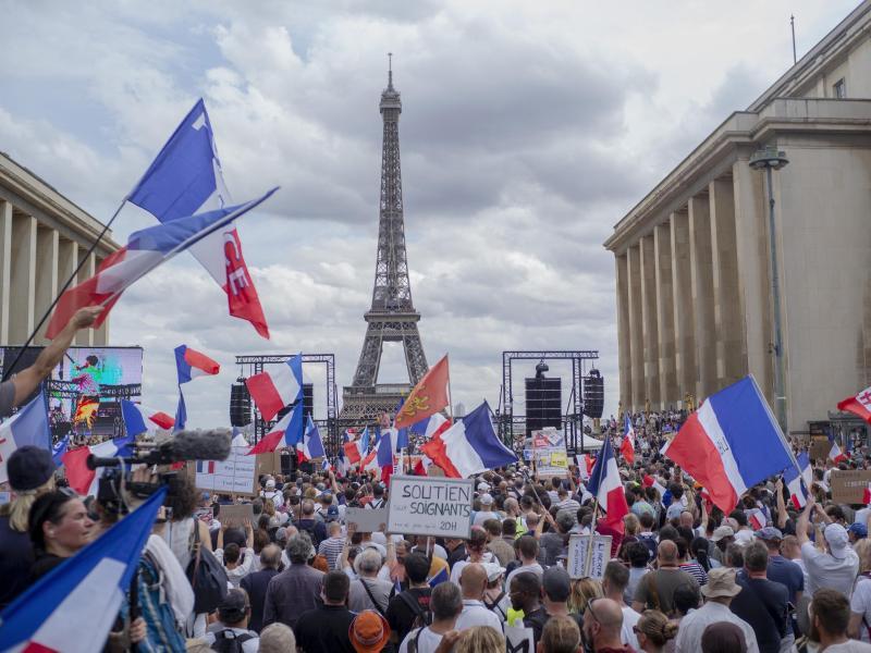 Protest am Trocadero-Platz in Paris gegen die von der Regierung geplanten Corona-Verschärfungen. Foto: Rafael Yaghobzadeh/AP/dpa (© Rafael Yaghobzadeh)