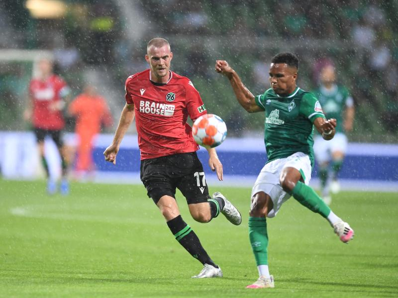 Werders Felix Agu (r) kommt vor Hannovers Marvin Ducksch an den Ball. Foto: Carmen Jaspersen/dpa (© Carmen Jaspersen)