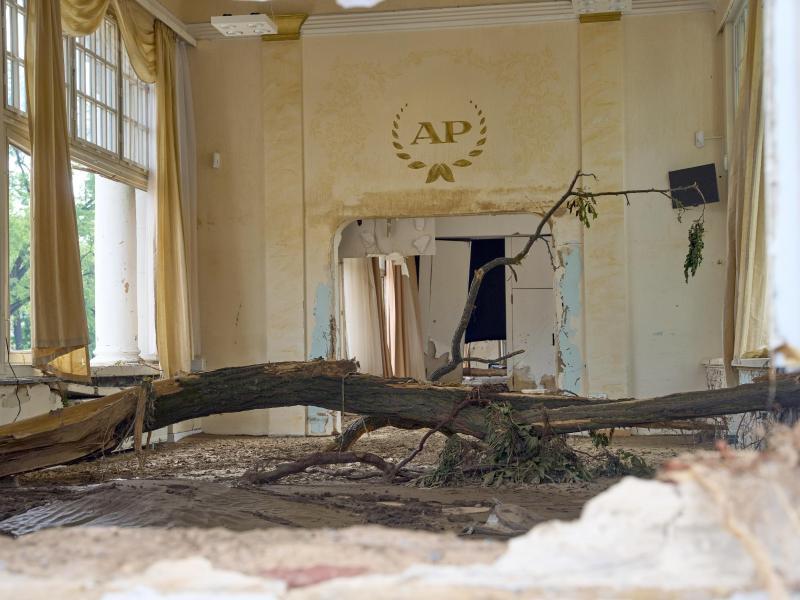 Im Kursaal von Bad Neuenahr hat die Flut einen Baum angespült. Foto: Thomas Frey/dpa (© Thomas Frey)