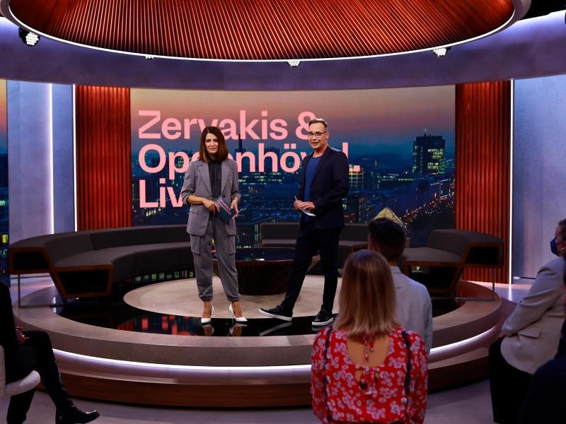Die Moderatoren Linda Zervakis (l) und Matthias Opdenhövel im Studio der ersten Sendung von