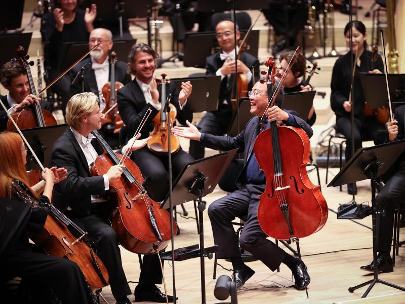 Der Cellist Yo-Yo Ma (vorne, r) erhält den Kunstpreis Praemium Imperiale. Foto: Christian Charisius/dpa (© Christian Charisius)
