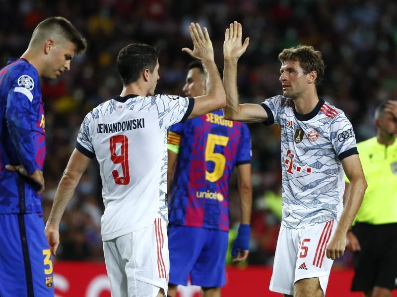 Robert Lewandowski (2.v.l.) und Thomas Müller (r) führten den FC Bayern zum Sieg. Foto: Joan Monfort/AP/dpa (© Joan Monfort)
